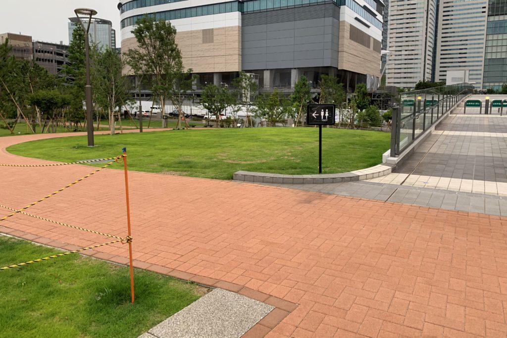 豊洲公園にかかるパークブリッジとトイレの場所
